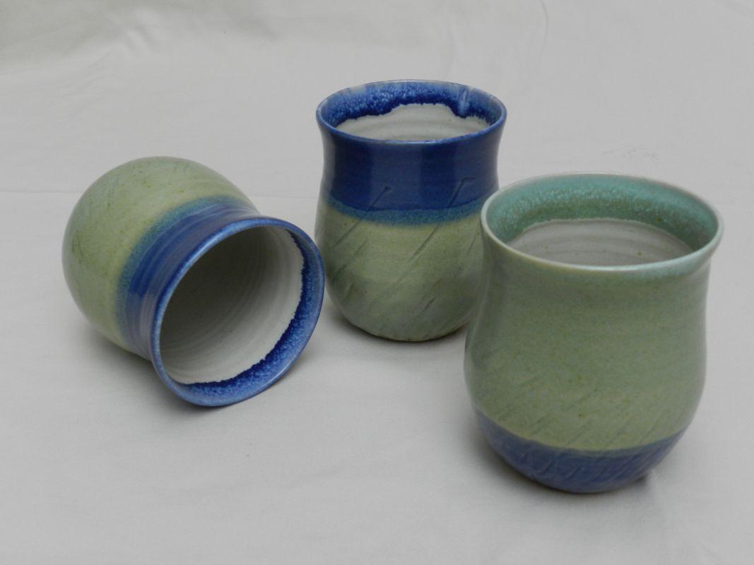tasses bleues et vertes